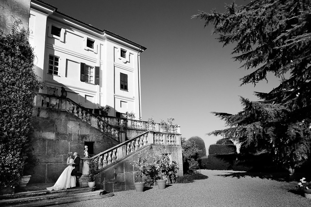 Italian wedding photographers, portfolio, Piedmont wedding, bride and groom kiss in a beautiful venue