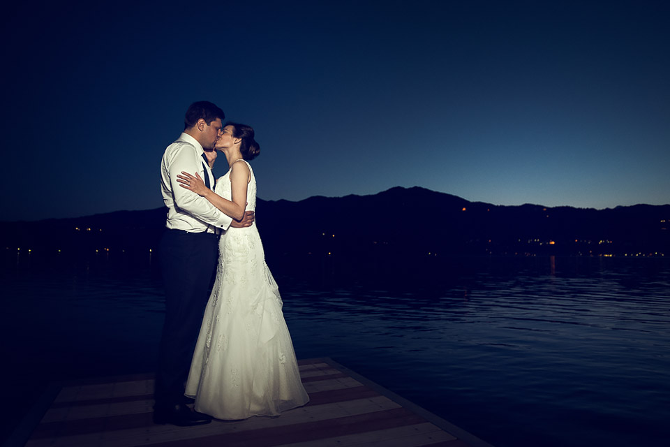 Lake Orta wedding, bride ang groom kissing at the blue hour