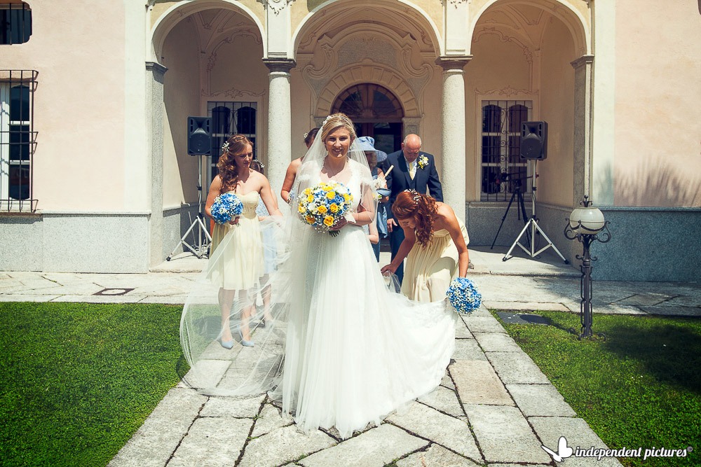 bride and bridesmaids are going to ceremony
