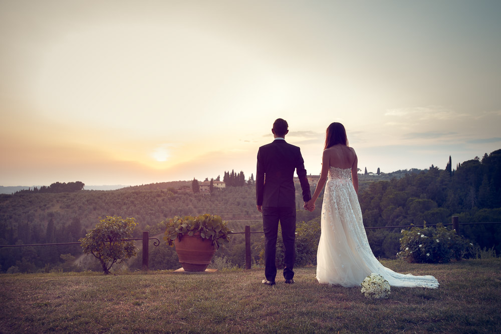 bride and groom by the tuscan hills