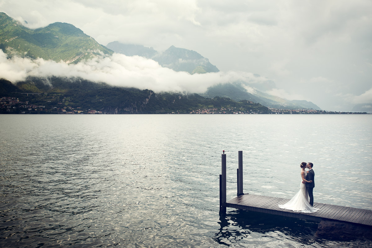 kiss on jetty, lake como wedding