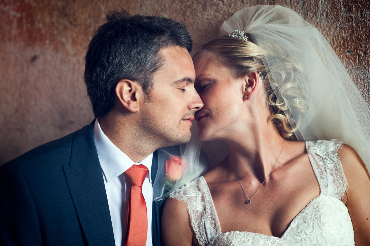 newlyweds kiss in italy