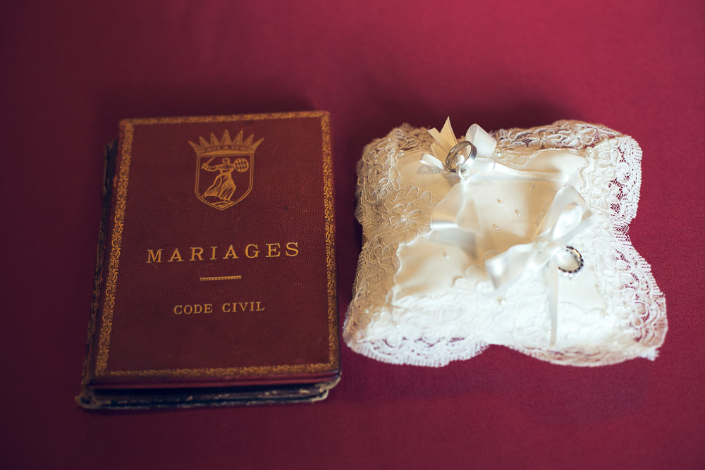 mariages book and wedding rings