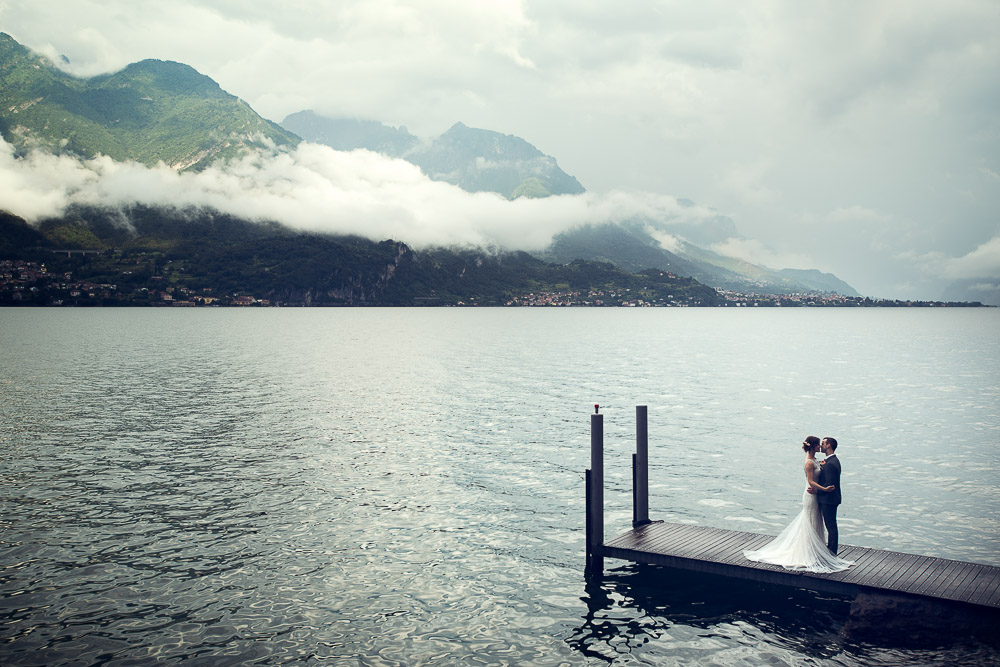 bride and groom on lake Como