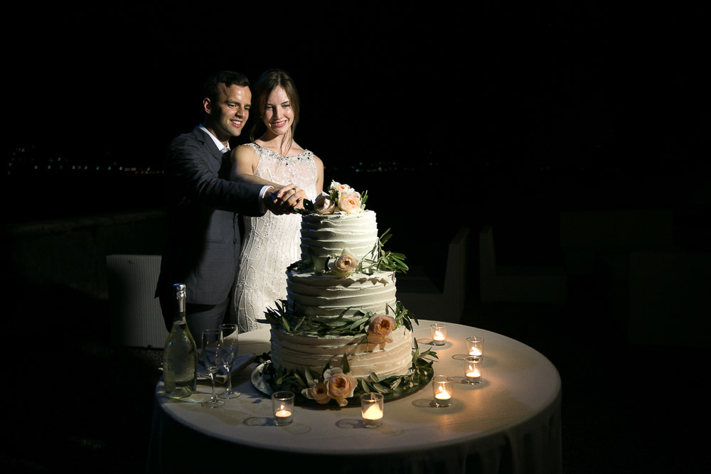 lake como wedding, cutting cake