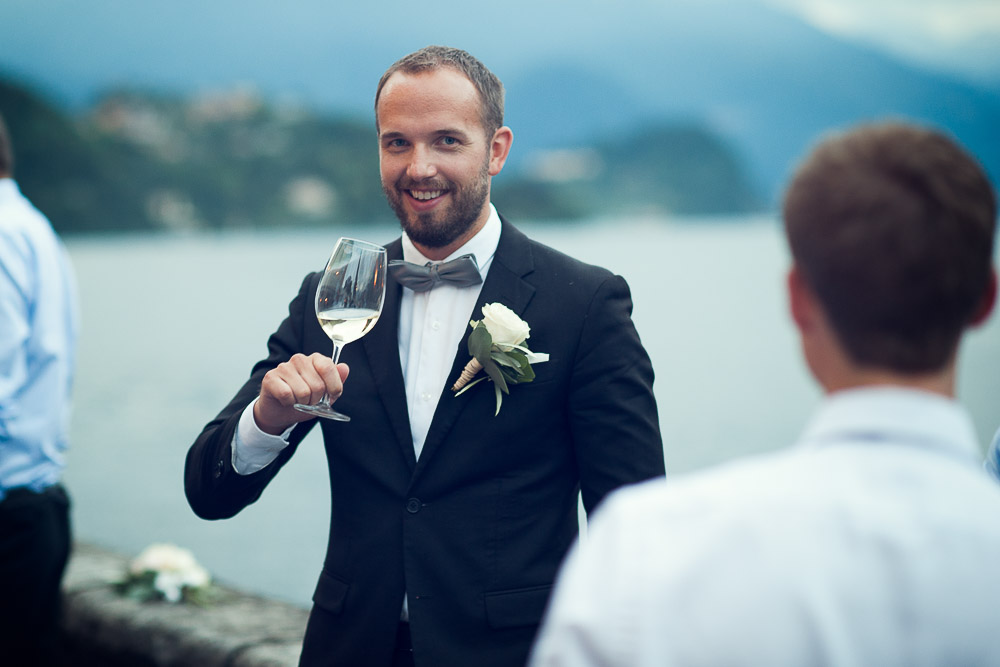 bestman drinking prosecco