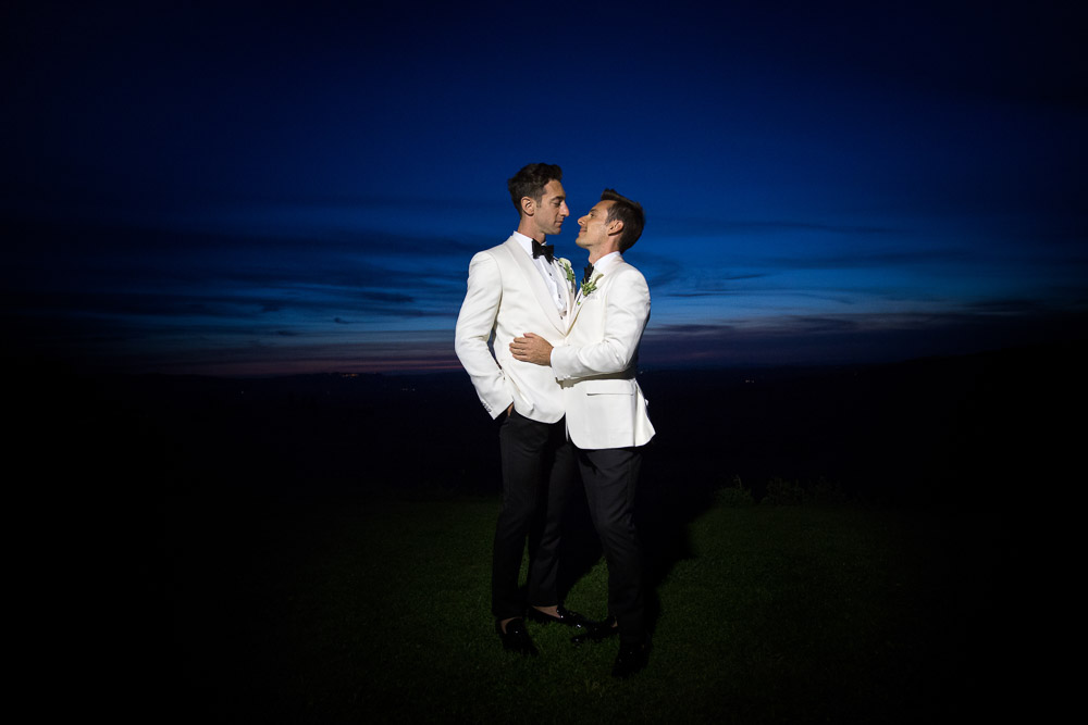 blue hour in tuscany with wedding couple