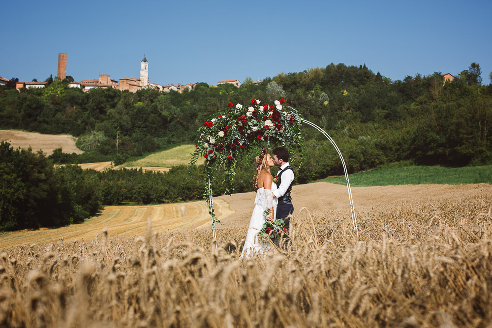 elopement in Italy, wedding ceremony in a wheat field