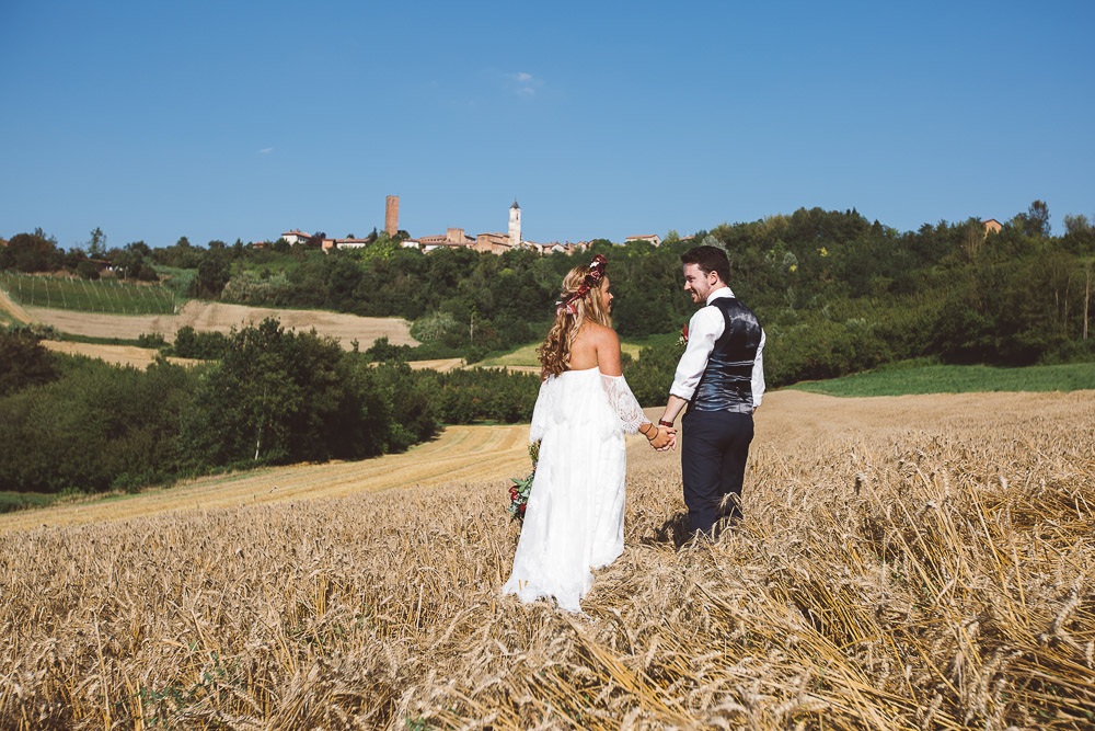 elopement in Italy, bride and groom in wheat field