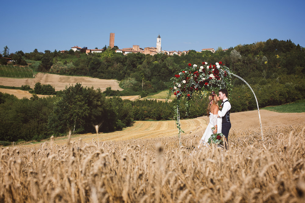 Elopement in Italy, ceremony in a wheat field