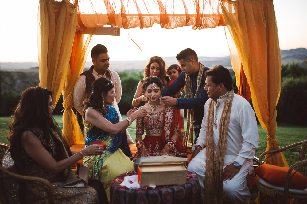 Indian wedding in Tuscany, the bride and her family around her